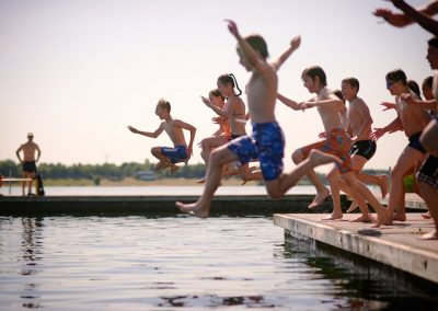Kinder springen in den Kulki